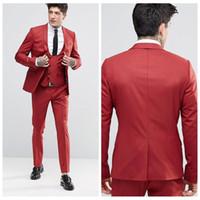 smoking cool achat en gros de-2018 Vintage Groom Tuxedos Rouge Châle Revers Un Bouton Trois Poches Costumes De Marié Extrêmement Cool Best Man Suits (Veste + Pantalon + Gilet)