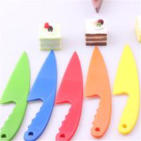 çikolata en düşük fiyat toptan satış-Toptan Renkli Gıda Sınıfı Plastik Kazıyıcı Kek Bıçak Mus Ekmek Bıçağı Jaggedly Ile Mutfak Pişirme Araçları Rastgele Renk
