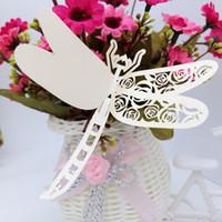 decorações da libélula para casamentos venda por atacado-Cartões do Lugar do Corte do laser Com Rosas Da Libélula Corte De Papel Cartões de Nome Para A Decoração Do Partido Assento Lugar Cartões Casamentos PC-B37
