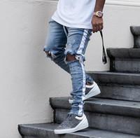 mens biker jeans fermuarlar toptan satış-Yeni Erkek Hip Hop Yırtık Kot 2018 Tahrip Delik Sıska Biker Jeans Beyaz şerit dikiş Fermuar Dekore Siyah Açık Mavi Denim Pantolon