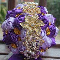 gelin düğün buketi mor toptan satış-Yapay Düğün Buketleri El Yapımı Şerit Mor beyaz Kırmızı Güller Çiçekler Altın Kristal Rhinestone Gelin Düğün Buket Düğün Aksesuarları