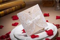 bedruckbare spitze großhandel-Laser Cut Weiß aushöhlen Blumen mit Spitze Bowknot Creative Hochzeitseinladungskarte mit Umschlag druckbare anpassbare