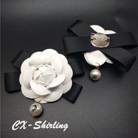 habille des broches perlées achat en gros de-Femmes en cuir véritable camélia broches broches grande taille robe robe Vintage pendentif perle grande fleur blanche broche