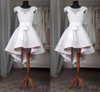 hızlı nakliye artı boyutu elbiseler toptan satış-Beyaz Kısa Mezuniyet Elbiseleri 2017 Artı Boyutu Sheer Boyun Cap Kollu Aplikler Dantel Saten Custom Made Yüksek Düşük Gelinlik Modelleri Hızlı Kargo