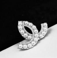 perle brosche geschenk großhandel-Neue Mode Damen Legierung Strass Perle Brief Brosche Geschenk Hochzeit Braut Party Dekoration