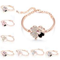 bracelet en trèfle de diamant achat en gros de-Cristal Quatre Feuilles Trèfle Bracelets Bracelet Manchette Lettre Amour Charme Diamant Manchette Bracelet Inspirational Bijoux Femmes De Luxe Amour Chanceux Bracelet