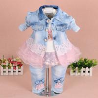 denim-spitzenkleidung großhandel-Babykleidung stellt 2018 Marken-Art- und Weisespitze-Blumendenim-Jacke + T-Shirt + Jeans-Kind-3pcs Klage-gesetzte Kleinkind-Säuglingsbaby-Kleidung ein