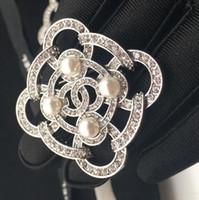 presente broche de pérolas venda por atacado-Nova qualidade designer de strass preto e branco pérola carta broche senhoras terno acessórios de moda jóias de presente de casamento