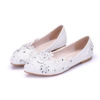 кружевные туфли для подружек невесты оптовых-Женская обувь на плоской подошве ручной работы Жемчуг со стразами Бисерные браслеты на шнуровке Белые туфли для подружек невесты Большой размер