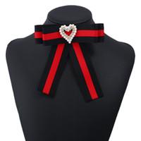 arcos de moda hechos a mano al por mayor-Nueva Moda Corazón Perlas Pin Broches Hecho A Mano Cinta A Rayas Arco Broche Mujeres Ropa Accesorios Vestido de Fiesta hasta