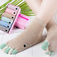 дамы носки пальцы оптовых-Осень стиль пять пальцев носки сплошной цветной хлопок дамы с коротким рукавом Toe носки 6 штук в подарочной коробке