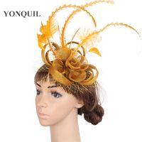 eski tüy gelin şapka toptan satış-Vintage Altın sinamay tabanı fascinator şapkalar vesilesi kırmızı gelin veils saç aksesuarları tüy tuhafiye kokteyl şapka MYQ010