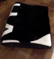 bolsa quente preta venda por atacado-Marca QUENTE preto jogar flanela cobertor de lã 2 tamanho-130x150 cm, 150x200 cm com saco de pó C estilo logotipo para Viagem, casa, escritório cobertor de sesta
