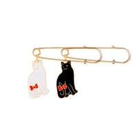 broches de gato de oro al por mayor-Popular Encantador Esmalte negro blanco oro gato pin venta al por mayor lindo de la historieta bowknot cat Broche simple diseño dulce joyería de la insignia