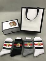 tiger grau großhandel-Tigerkopf bestickte Socken für Mann 2 weiß + 1 schwarz + 1 grau mit Original-Box gestreiften Jacquard unisex Baumwollsocken 4pairs / box