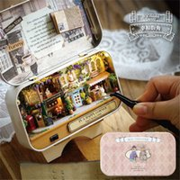 kleine haus geschenk-boxen groihandel-DIY DollHouse Miniatur Häuser Cabin Box Theater Mini Art House aus Holz DIY handmontierte kleine Haus kreative Geschenk Puppenhäuser