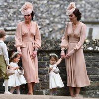 tee-länge einfache mutter braut kleid großhandel-Kate Middleton Simple Chiffon Kleid für die Brautmutter mit langen Ärmeln Tee Länge Vintage Hochzeitsgast Kleid V-Ausschnitt Dusty Pink Abendkleid