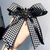 stoffbogenkleid großhandel-2018 neue Design Stoff Bogen Broschen für Frauen Krawatte Stil Brosche Hochzeitskleid Shirt Brosche handgemachte Accessoires Mode Geschenke