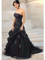 vestido de novia de tafetán al por mayor-Vestidos de novia de estilo gótico negro 2018 Barrido por encargo Una línea Pliegues Apliques Tul tafetán Vestidos de novia sin tirantes Vestidos de Novia