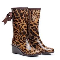cuña impermeable botas de invierno mujer al por mayor-Clásico británico tubo alto impermeable botas de lluvia de moda señoras set pies con Leopard cuña arco botas de lluvia mujer otoño invierno