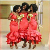 más el tamaño de té vestidos de fiesta al por mayor-Sirena roja africana Vestidos de damas de honor 2018 Fuera del hombro Talla grande Longitud de té Vestidos de dama de honor Vestidos de boda de satén con gradas