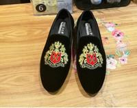 nuevas zapatillas italianas al por mayor-2018 Nuevo Estilo de Los Hombres de Moda Italiana bordado Zapatos de Vestir de Terciopelo Moda Hombres Mocasines Zapatillas de Fumar Hechas A Mano Zapatos de Pisos de Los Hombres Z556