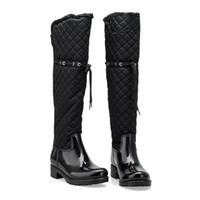 tacón cuadrado de mujer al por mayor-Botas de lluvia de patchwork de goma para mujer Tacones cuadrados sobre la rodilla Invierno Piel caliente Zapatillas de lluvia Zapatillas de agua Mujer