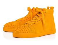 pisos de boda amarillo al por mayor-Super calidad diseñador de la marca de los hombres tachas zapatos con zapatillas de deporte rojas de cuero amarillo gamuza Junior Strass hombres plana hombres partido de la boda