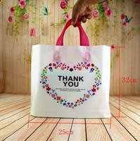 hochzeit danken taschen großhandel-32 * 25 * 6 cm 50 stücke Kundenspezifische Geburtstagsfeier Hochzeit Gunsten danke Geschenk Taschen Kunststoffbeutel Einkaufen Geschenk Große Plastiktüten mit Griff