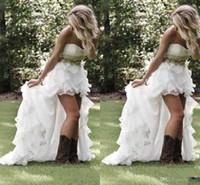 mütevazı stil elbiseler toptan satış-Mütevazı Yüksek Düşük Ülke Stil Gelinlik 2017 Sevgiliye Ruffles Organze Asimetrik Donatılmış Hi-lo Beyaz Gelin Gelin törenlerinde