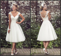 çay uzunluğu gelinli boncuklu elbise toptan satış-Vintage 50'in Stil Kısa Dantel Gelinlik V Boyun Dantel Aplike Çay Boyu Boncuklu Gelin Gelinlikler Düğmeleri Ile Vestido De Noiva 616