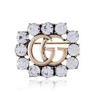 en iyi kristal broşlar toptan satış-En Çok Satan Kristal Rhinestone Mektubu Broş Pin Hollow Korsaj Broş Kadınlar Moda Takı Kostüm Dekorasyon 2018 Yeni