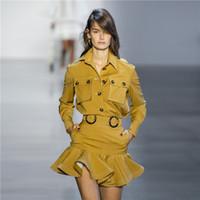 sarı uzun etekler toptan satış-Sonbahar Zim Pist Tasarımcısı 2 Parça Set Kadın Sarı Uzun Kollu Cepler Düğmeler Bluz + Ruffles Mini Etek Iki Parçalı Kıyafetler