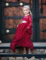 robes de noël modestes achat en gros de-2018 Modest Rouge Dentelle À Manches Longues Pays Fleur Fille Robes Pour La Ceinture De Mariage Perlé De Noël D'anniversaire De Mariage Communion Robe De Fête