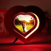 yeni düğün fotoğraf çerçeveleri toptan satış-Yeni Yüzer Fotoğraf Çerçevesi LED Işık Kırmızı Kalp Şeklinde Manyetik Levitasyonunun Resim Çerçevesi Düğün Dekorasyon Yenilik Hediye