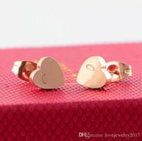 herzkunstentwurf großhandel-Luxuxrosagold-Herzbolzen mit Spitzenmarken-Logoentwurf für Frauen Edelstahl-elegante Liebesohrringe reizendes Mädchen Ohrring-Art und Weiseschmucksachen
