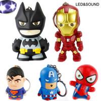 batman süpermarket yüzüğü toptan satış-Süper kahraman Batman Iron Man Örümcek Adam Superman Kaptan Amerika Anahtarlık Mini Action Figure Oyuncaklar LED Işık Anahtar Zincirleri Yüzük Moda Bırak Gemi