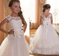 keman düğün elbisesi toptan satış-2019 Beyaz Dantel Çiçek Kız Elbise Düğün İçin Sheer Boyun Dantel üst Kız Ilmek Dantel-Up Ile Noel Önlükler Geri çocuğun Örgün Parti Giymek