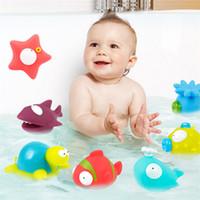 ingrosso giochi di acqua giochi di plastica-1 Set di plastica morbida Cartoon piccola bambola di animali Baby Bathing Squeeze-Sounding Water Toys 9 Bambole di animali Baby Bath Toys Giochi divertenti