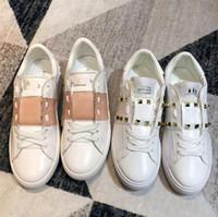 modelo de rebite venda por atacado-Nova moda rebite pequeno branco sapatos de couro selvagem das mulheres sapatos casuais planas cor casal modelos de design sapatos brancos