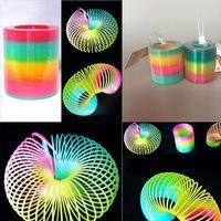 juguete circulo arcoiris al por mayor-Juguetes para niños Magic Plastic Slinky Rainbow Spring Colorido Nuevos niños Divertido Juguete Clásico Color aleatorio Rainbow Circle Coil Elástico anillos de flujo