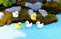 animais de jardim de resina venda por atacado-Criativo Dos Desenhos Animados Amarelo Pato Brinquedos Pingente Em Miniatura Musgo Animal Micro Paisagem Resina Artesanato Decoração de Jóias Ornamentos Jóias