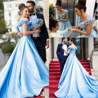 azul acender vestido de noiva venda por atacado-Moda Luz Azul Vestidos de Noiva Tampado Fora do Ombro Handmade 3D Flores Cetim Elegante Vestidos de Festa Lace Up Voltar Long Train