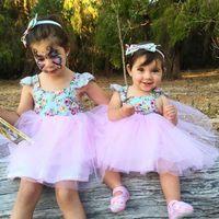 vestidos infantiles para boda púrpura al por mayor-Vestidos de niña de INS Florales Encaje Flutter manga malla vestido V Volver correa cruzada Vestidos de playa Verano nuevo B11