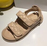 neue modell schuhe sandalen großhandel-Sandalen Casual Leder flache Sandalen Sommer neue Stil kleine Schuhe Mode komfortable Freizeit Sport Modelle schwarz weiß braun handgefertigte Leder