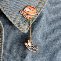 insignias de botones al por mayor-Dibujos animados astronauta navegando conejo broche Saturno planeta tierra alfileres botón de cadena chaqueta de mezclilla insignia joyería de moda