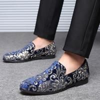 mocasines de terciopelo al por mayor-Marca italiana lentejuelas bordadas zapatos formales hombres diseñador de terciopelo dorado tela hombres se deslizan en los zapatos de vestir de boda mocasines para hombre zapatos casuales