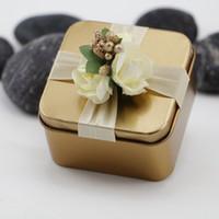 mavi şeker iyilikleri toptan satış-Metal Şeker Kutuları Kare Çiçekler ile Altın Kırmızı Mor Tiffane Mavi Renk Düğün Güzel Iyilik Kutusu Hediye Kutusu düğün Malzemeleri Şekeri