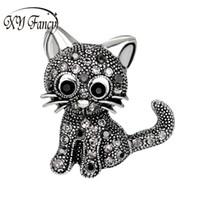 broches de gato de oro al por mayor-DreamBell Vintage Black / Gold Crystal Cute Little Cat Broche Pin 27 * 31 * 3mm Mujeres Broches pin up Suit Sombrero Accesorios