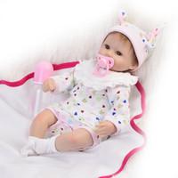 muñecas de chica de aspecto real al por mayor-Venta caliente 17 pulgadas Reborn Baby Dolls Chica Realista Bebé recién nacido con precioso vestido floral se ve muy encantadora niña de Navidad